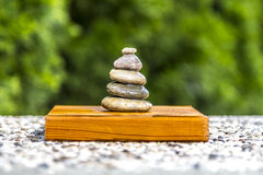 Pietre di zen su legno Immagine Stock