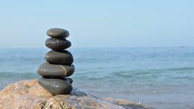 Pietre di zen su una spiaggia stock footage