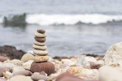 Pietre di zen sulla spiaggia immagine stock