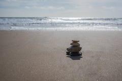 Pietre di zen sulla spiaggia sabbiosa Immagine Stock