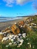 Pietre dipinte sulla spiaggia Immagini Stock Libere da Diritti