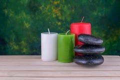 pietre e candele del basalto di zen sul legno Immagini Stock