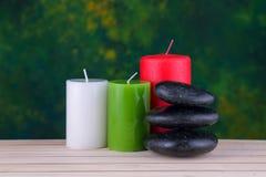 pietre e candele del basalto di zen sul legno Fotografia Stock Libera da Diritti
