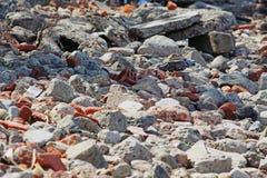 Pietre e mattoni sulla riva immagini stock