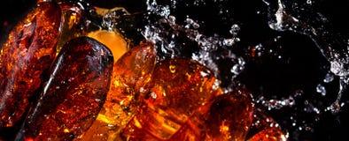 Pietre ed acqua ambrate Immagini Stock Libere da Diritti