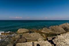 Pietre ed onde al mare ionico fotografia stock libera da diritti