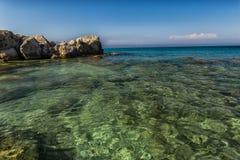 Pietre ed onde al mare ionico fotografia stock
