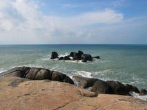 Pietre enormi sulla spiaggia Massi sulla costa fotografie stock