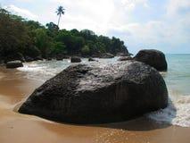 Pietre enormi sulla spiaggia Massi sulla costa fotografia stock