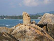 Pietre enormi sulla spiaggia Massi sulla costa immagini stock libere da diritti