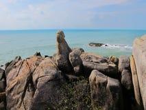 Pietre enormi sulla spiaggia Massi sulla costa fotografie stock libere da diritti