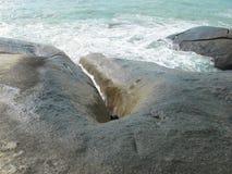 Pietre enormi sulla spiaggia Massi sulla costa immagine stock libera da diritti