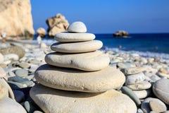 Pietre equilibrate astratte sul mare Fotografia Stock