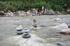 Pietre equilibrate di zen in fiume Immagine Stock Libera da Diritti