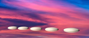Pietre facenti un passo di zen su acqua, cielo sul fondo di tramonto illustrazione 3D fotografia stock libera da diritti