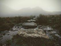 """Pietre facenti un passo nella foschia - Ben A """", Scozia fotografie stock"""
