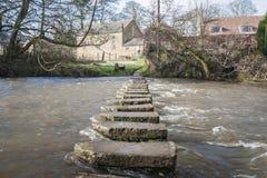 Pietre facenti un passo sopra un piccolo fiume Immagini Stock Libere da Diritti