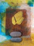 Pietre gialle del fiume e del foglio Fotografie Stock