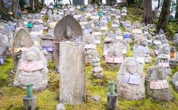 Pietre giapponesi della tomba di buddismo fotografie stock libere da diritti