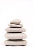 Pietre grige equilibrate sopra fondo bianco Fotografia Stock Libera da Diritti