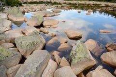 Pietre in lago in montagne Fotografie Stock Libere da Diritti