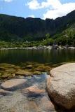 Pietre in lago in montagne Fotografia Stock