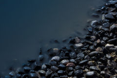 Pietre laterali del lago nella sera Fotografie Stock Libere da Diritti