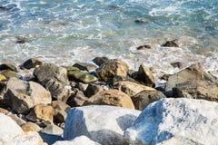 Pietre lungo l'oceano Pacifico irregolare della costa Immagini Stock