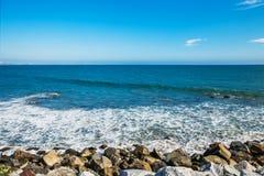 Pietre lungo l'oceano Pacifico irregolare della costa vicino Fotografie Stock Libere da Diritti