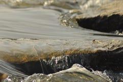 Pietre nel fiume Acqua a flusso rapido Corrente di rinfresco del fiume della montagna Fotografia Stock