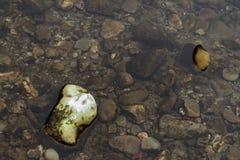 Pietre nel fiume fotografato da sopra/chiara acqua di fiume e foto variopinta delle pietre del fiume /Backgrou delle pietre in ch immagini stock