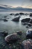 Pietre nel mare dopo il tramonto Immagini Stock