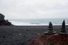 Pietre nere alla spiaggia del nssandur del ³ di DjúpalÃ, Islanda fotografia stock libera da diritti