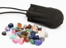 Pietre semi preziose e sacchetto della pelle scamosciata Fotografia Stock Libera da Diritti