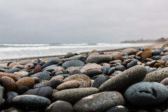 Pietre sparse sopra la spiaggia alla spiaggia di stato di Carlsbad Fotografia Stock