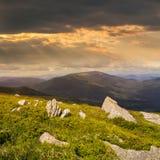 Pietre sul pendio di collina al tramonto Immagine Stock