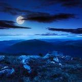 Pietre sul pendio di collina alla notte Immagini Stock Libere da Diritti
