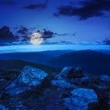 Pietre sul pendio di collina alla notte Immagine Stock