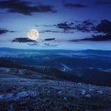Pietre sul pendio di collina alla notte Fotografia Stock