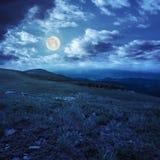 Pietre sul pendio di collina di catena montuosa alla notte Fotografia Stock Libera da Diritti