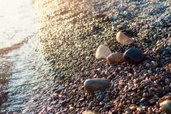Pietre sulla spiaggia e sull'acqua di mare Immagini Stock Libere da Diritti