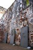 Pietre tombali antiche alle rovine della chiesa Immagine Stock