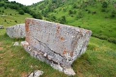 Pietre tombali medievali situate nel villaggio di Lukomir sulla montagna di Bjelasnica, Bosnia-Erzegovina immagine stock