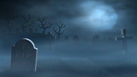 Pietre tombali su un cimitero nebbioso spettrale, luna piena alla notte Fotografie Stock