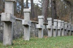 Pietre tombali trasversali in cimitero Fotografie Stock Libere da Diritti