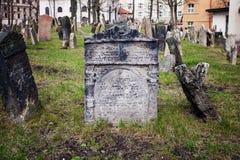 Pietre tombali in vecchio cimitero ebreo a Praga, repubblica Ceca immagini stock