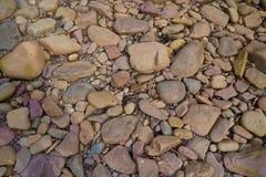 Pietre variopinte che mettono su spiaggia fotografia stock libera da diritti