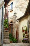 PIETRELCINA, ITALIA - SEPTIEMBRE, 29: Pequeña calle de Pietrelcina con la silla, el 29 de septiembre de 2012 imagenes de archivo