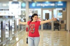Pietroburgo, Russia - 29 giugno 2017: la ragazza allegra lascia la banca immagini stock libere da diritti