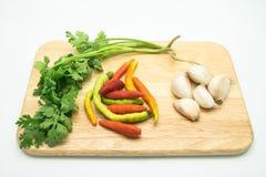 Pietruszka, czosnek i chili na drewnianej tacy Zdjęcie Royalty Free
